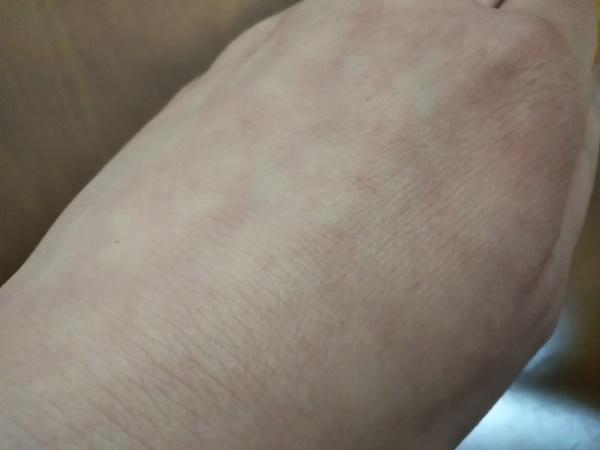 エバメールゲルクリームリュクスを手に塗った画像